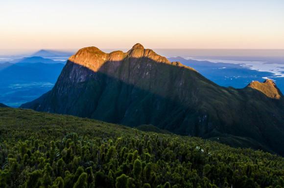 pico do parana com a sombra piramide do caratuva
