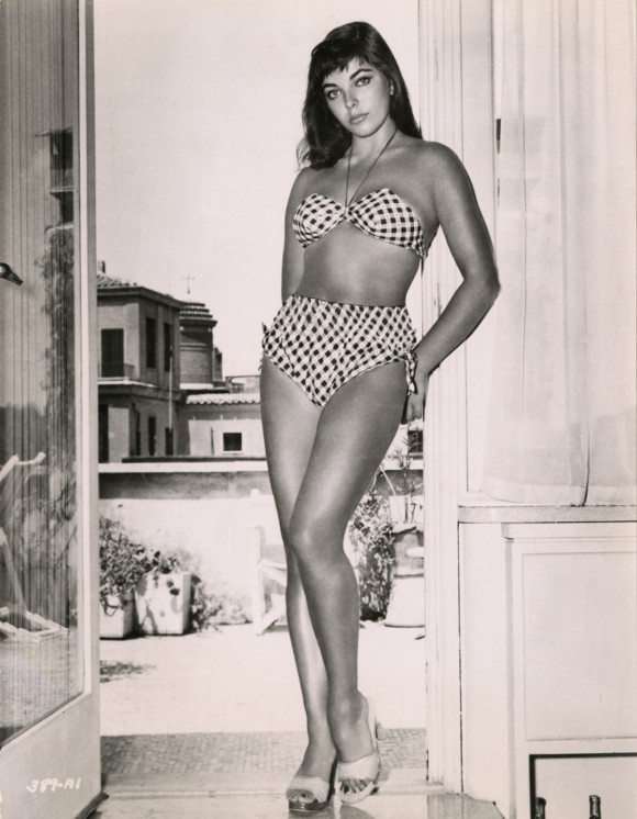 Joan-Collins-in-bikini-1950s