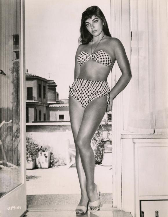 Joan-Collins-in-bikini-1950s